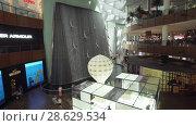 Купить «Waterfall with divers after pearls in the Dubai Mall, the world's largest shopping center stock footage video», видеоролик № 28629534, снято 9 апреля 2018 г. (c) Юлия Машкова / Фотобанк Лори