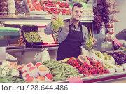 Купить «Male shopping assistant weighing grapes in grocery shop», фото № 28644486, снято 18 марта 2017 г. (c) Яков Филимонов / Фотобанк Лори