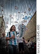 Купить «Аргентинский футбольный болельщик торжественно несёт футболку Месси на Никольской улице в Москве», эксклюзивное фото № 28645490, снято 23 июня 2018 г. (c) Дмитрий Неумоин / Фотобанк Лори