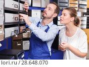 Купить «Girl consulting about mailbox with worker», фото № 28648070, снято 17 апреля 2018 г. (c) Яков Филимонов / Фотобанк Лори