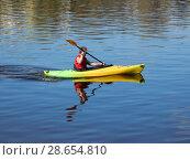 Купить «Молодой человек плывёт на байдарке по реке Волга. Город Тверь», эксклюзивное фото № 28654810, снято 1 мая 2016 г. (c) lana1501 / Фотобанк Лори