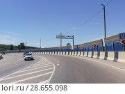 Купить «Поворот на мост через реку Баканка на автостраде А146 Краснодар-Верхнебаканский в районе станицы Нижнебаканской», фото № 28655098, снято 12 июня 2018 г. (c) Наталья Гармашева / Фотобанк Лори