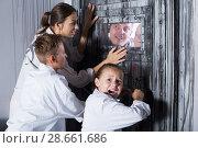 Купить «Family is helping dad and girl get out of the locked door», фото № 28661686, снято 3 августа 2017 г. (c) Яков Филимонов / Фотобанк Лори