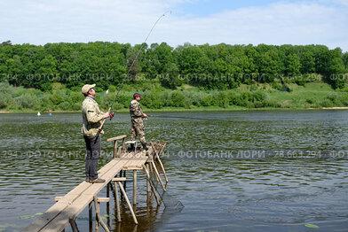 Рыбаки  с мостика ловят рыбу в реке. Тульская область. Заокский район. Река Ока