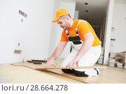 Купить «worker joining parquet floor.», фото № 28664278, снято 25 января 2018 г. (c) Дмитрий Калиновский / Фотобанк Лори