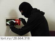 Купить «Thief in mask during safe codebreaking», фото № 28664318, снято 29 июня 2013 г. (c) Дмитрий Калиновский / Фотобанк Лори