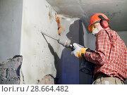 Купить «worker with demolition hammer breaking interior wall», фото № 28664482, снято 7 февраля 2018 г. (c) Дмитрий Калиновский / Фотобанк Лори
