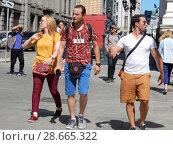 Купить «Туристы гуляют по центру Москвы на Ильинке», эксклюзивное фото № 28665322, снято 2 июля 2018 г. (c) lana1501 / Фотобанк Лори