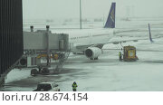 Купить «Service of the aircraft preparation for flight at a snowy aerodrome of Astana International Airport stock footage video», видеоролик № 28674154, снято 30 марта 2018 г. (c) Юлия Машкова / Фотобанк Лори
