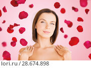 Купить «beautiful bare woman over rose petals background», фото № 28674898, снято 25 июля 2013 г. (c) Syda Productions / Фотобанк Лори