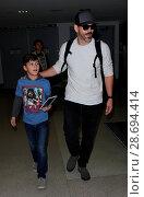Купить «LeAnn Rimes arrives at Los Angeles International Airport her husband Eddie Cibrian and his kids Featuring: Eddie Cibrian, Jake Austin Cibrian Where: Los...», фото № 28694414, снято 19 декабря 2016 г. (c) age Fotostock / Фотобанк Лори