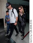Купить «LeAnn Rimes arrives at Los Angeles International Airport her husband Eddie Cibrian and his kids Featuring: LeAnn Rimes, Eddie Cibrian, Jake Austin Cibrian...», фото № 28694510, снято 19 декабря 2016 г. (c) age Fotostock / Фотобанк Лори
