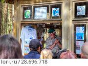 Купить «Национальный парк Куршская коса. Орнитологическая станция Фрингилла. Научный работник читает лекцию по орнитологии», фото № 28696718, снято 2 мая 2018 г. (c) Parmenov Pavel / Фотобанк Лори