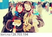 Купить «Happy girls with pancake during Shrovetide», фото № 28703194, снято 6 марта 2011 г. (c) Яков Филимонов / Фотобанк Лори