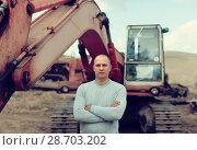 Купить «tractor operator at sand pit», фото № 28703202, снято 16 сентября 2012 г. (c) Яков Филимонов / Фотобанк Лори
