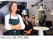 Купить «smiling woman hairdresser with male visitor», фото № 28703366, снято 20 июля 2018 г. (c) Яков Филимонов / Фотобанк Лори