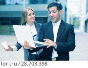 Купить «Couple professionals are examinating project on laptop», фото № 28703398, снято 20 августа 2017 г. (c) Яков Филимонов / Фотобанк Лори