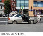 Купить «Таксист ожидает пассажиров с открытой дверью. Таганская улица. Таганский район. Город Москва», эксклюзивное фото № 28704794, снято 27 мая 2018 г. (c) lana1501 / Фотобанк Лори