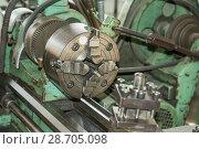 Купить «Старый токарный станок, зажимной патрон», фото № 28705098, снято 17 февраля 2019 г. (c) Александр Романов / Фотобанк Лори
