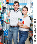 Купить «Couple choosing paint spray in shop», фото № 28706454, снято 17 мая 2018 г. (c) Яков Филимонов / Фотобанк Лори