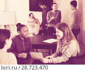 glad classmates having animated talks at break between classes. Стоковое фото, фотограф Яков Филимонов / Фотобанк Лори