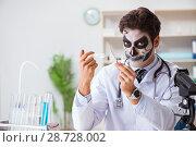 Купить «Scary monster doctor working in lab», фото № 28728002, снято 9 ноября 2017 г. (c) Elnur / Фотобанк Лори