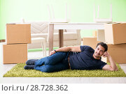 Man moving house with boxes. Стоковое фото, фотограф Elnur / Фотобанк Лори