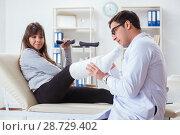 Купить «Doctor examining patient with broken leg», фото № 28729402, снято 9 января 2018 г. (c) Elnur / Фотобанк Лори