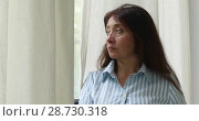 Купить «Adult woman in shirt looking away», видеоролик № 28730318, снято 1 июня 2018 г. (c) Ekaterina Demidova / Фотобанк Лори