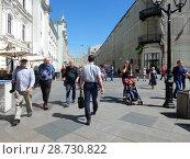 Купить «Туристы на Никольской улице в центре Москвы», эксклюзивное фото № 28730822, снято 2 июля 2018 г. (c) lana1501 / Фотобанк Лори