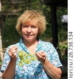 Купить «Женщина с виноградом», фото № 28738134, снято 23 августа 2017 г. (c) Евгений Будюкин / Фотобанк Лори