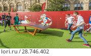 Купить «Пас мяча в новой игре текболл (teqball) в футбольном парке на Красной площади в Москве во время Чемпионата мира по футболу FIFA 2018, Россия», эксклюзивное фото № 28746402, снято 7 июля 2018 г. (c) Виктор Тараканов / Фотобанк Лори
