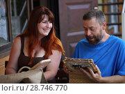 Купить «Счастливые мужчина и женщина смотрят фотоальбом», фото № 28746770, снято 9 июня 2018 г. (c) Марина Володько / Фотобанк Лори