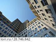 Купить «Фасад новых жилых многоэтажных домов на фоне неба», фото № 28746842, снято 23 июля 2019 г. (c) Сергеев Валерий / Фотобанк Лори