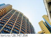Цветной многоэтажный дом на фоне голубого неба. Стоковое фото, фотограф Игорь Низов / Фотобанк Лори