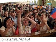Купить «Ужас на лице болельщика смотрящей встречу Россия-Хорватия на Никольской улице, город Москва», эксклюзивное фото № 28747454, снято 7 июля 2018 г. (c) Дмитрий Неумоин / Фотобанк Лори