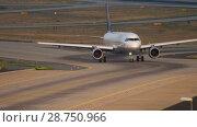 Купить «Lufthansa Airbus 320 taxiing», видеоролик № 28750966, снято 19 июля 2017 г. (c) Игорь Жоров / Фотобанк Лори