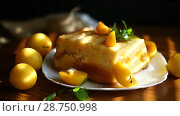 Sweet curd casserole stuffed with yellow plums inside. Стоковое видео, видеограф Peredniankina / Фотобанк Лори