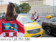 Купить «Хорваты в центре Москвы разговаривают с таксистом», эксклюзивное фото № 28751586, снято 14 июля 2018 г. (c) Дмитрий Неумоин / Фотобанк Лори