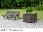 Купить «Уголок парка с деревянным вазоном и скамейкой», фото № 28752558, снято 26 июня 2018 г. (c) Ирина Борсученко / Фотобанк Лори