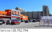 Купить «Город Омск, гипермаркет товаров для сада и дома OBI, парковка», фото № 28752794, снято 15 июля 2018 г. (c) Виктор Топорков / Фотобанк Лори