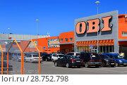 Город Омск, гипермаркет товаров для сада и дома OBI, парковка (2018 год). Редакционное фото, фотограф Виктор Топорков / Фотобанк Лори