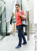 Купить «Couple is traveling and moving around the city», фото № 28753526, снято 14 июня 2018 г. (c) Яков Филимонов / Фотобанк Лори