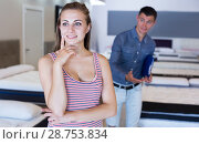 Купить «Manager working with female customer in mattress store», фото № 28753834, снято 12 июня 2017 г. (c) Яков Филимонов / Фотобанк Лори