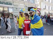Купить «Шведские фанаты на Никольской улице, город Москва», эксклюзивное фото № 28772394, снято 16 июня 2018 г. (c) Дмитрий Неумоин / Фотобанк Лори