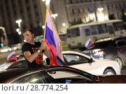 Купить «Фанат с российским флагом в автомобиле после победы России над Египтом», эксклюзивное фото № 28774254, снято 20 июня 2018 г. (c) Дмитрий Неумоин / Фотобанк Лори