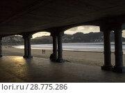 Купить «La Concha beach in San Sebastian seen through the arcade of the promenade, Donostia, Guipúzcoa, Spain», фото № 28775286, снято 16 августа 2018 г. (c) age Fotostock / Фотобанк Лори