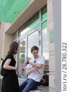 Купить «Молодые москвичи на Покровке», эксклюзивное фото № 28780322, снято 29 июня 2018 г. (c) Дмитрий Неумоин / Фотобанк Лори