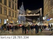 Пешеходная улица Нойхаузер в рождественской иллюминации в Мюнхене, Германия (2017 год). Редакционное фото, фотограф Михаил Марковский / Фотобанк Лори