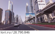 Day traffic on the Sheikh Zayed Road stock footage video (2018 год). Редакционное видео, видеограф Юлия Машкова / Фотобанк Лори